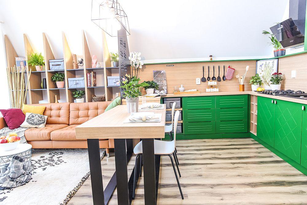 Între bucătărie și living este amplasată o masă prin care este sugerată delimitarea dintre funcțiuni. Masa este realizată la Martplast după proiectul lui Ciprian Vlaicu, de asemenea și panoul traforat dintre zona bucătăriei și cea a bibliotecii. Scaunele sunt de la Dedeman.