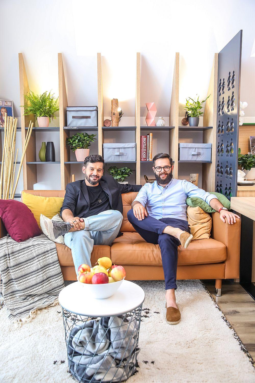 Arhitecții Ciprian Vlaicu (stânga) și Valentin Ionașcu în livingul amenajat după proiectul lor.