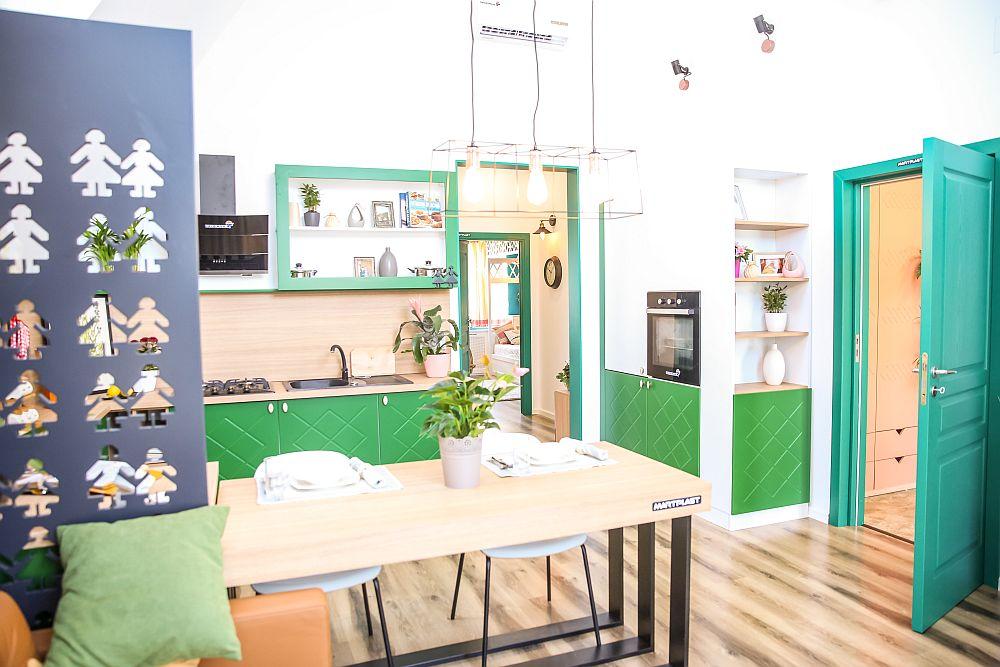 În dreapta intrării în living este organizată o parte din mobila bucătăriei, unde sunt încastrate electrocasnicele mari: frigiderul și cuptorul. Mobila este realizată pe comandă după proiectul lui Ciprian Vlaicu.