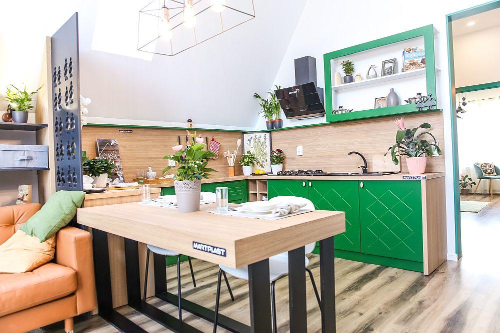 Bucătăria este organizată în L, iar în locul faianței s-a prevăzut placare cu PAL. Mobila, la fel ca și placarea pereților, este realizată de către Martplast după proiectul lui Ciprian Vlaicu. Toatele electrocasnicele și dotările sunt furnizate de către Dedeman.