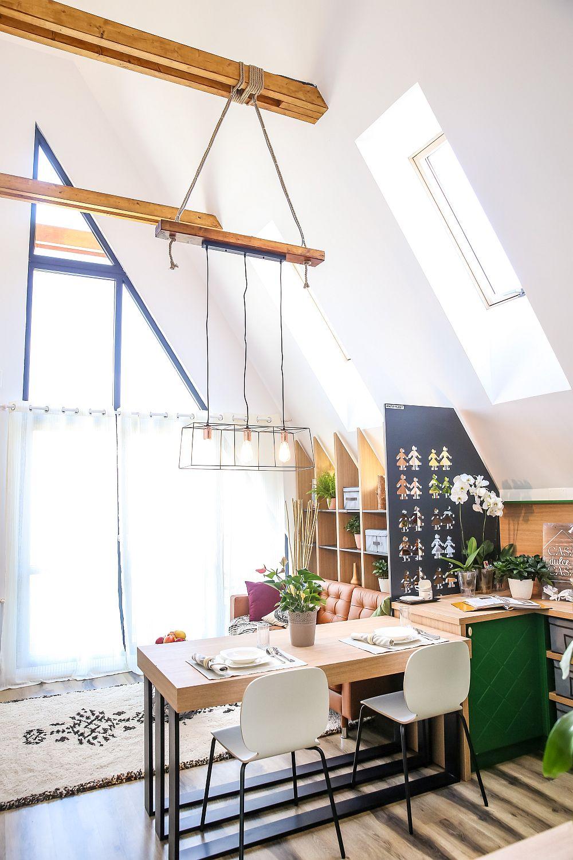 Pe lângă ferestrele generoase de pe fațadă, livingul beneficiază și de lumină care pătrunde prin ferestre Velux prevăzute în acoperiș. Înălțimea la interior este de circa 6 metri și dă spațiului o senzație de amploare.