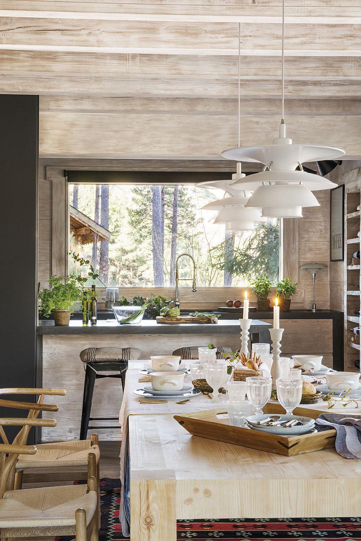 Blatul de tip bar ajută și atunci când masa este servită în sufragerie, funcționând ca un oficiu. Dar ce minunat se vede pe ferestre totul și cât de mult contează ca obiectele prezente într-un spațiu ca acesta să fie simple, la fel ca și finisajele. Corpurile de iluminat sunt specifice designului danez al anilor 50 și sunt achizișionate de la SuperStudio.