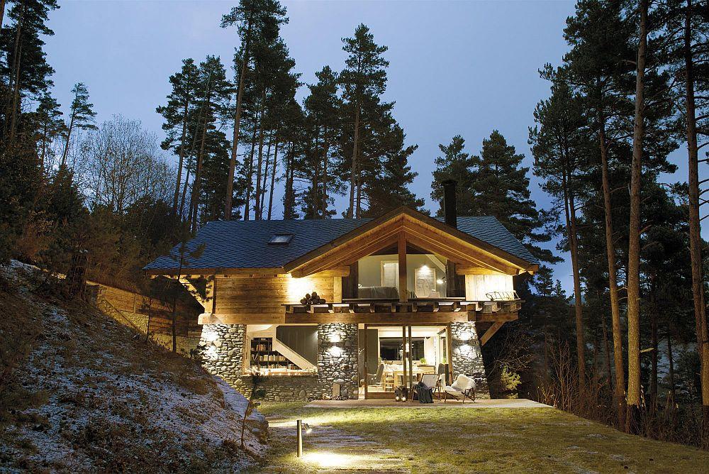 Casa este construită din lemn, iar soclul la exterior este placat cu piatră. Proprietarii au apelat la un constructor local care le-a ridicat casa, dar le-a făcut și mare parte din mobila de la interior. Ferestrele mari au fost dorite de către proprietari pentru a vedea la interior pădurea din jur. Poziția terenului oferă intimitate multă, așa că ferestrele mari sunt pe deplin justificate. Și pe timpul serii totul se vede de-a dreptul spectaculos.