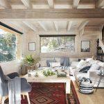 În zona de living ferestre mari sunt cele care atrag atenția. Deși Noelia spune că îi dau mari bătăi de cap când trebuie curățate e fericită că le are. În living totul este grupat frumos pentru ca oricine se așază pe canapea să poată privi către exterior. În spatele canapelei, sub scară sunt zone de depozitare, dar fiind ascunse nu domină interiorul. Mult lemn, decorațiuni textile cât trebuie și zona de gri ce marchează accesul către etaj.