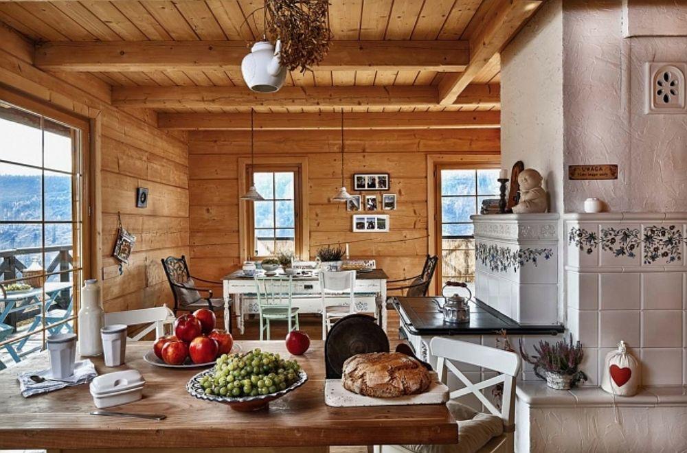 În spatele șemineului, către bucătărie, soba este una cu plită folosită pentrug gătit.