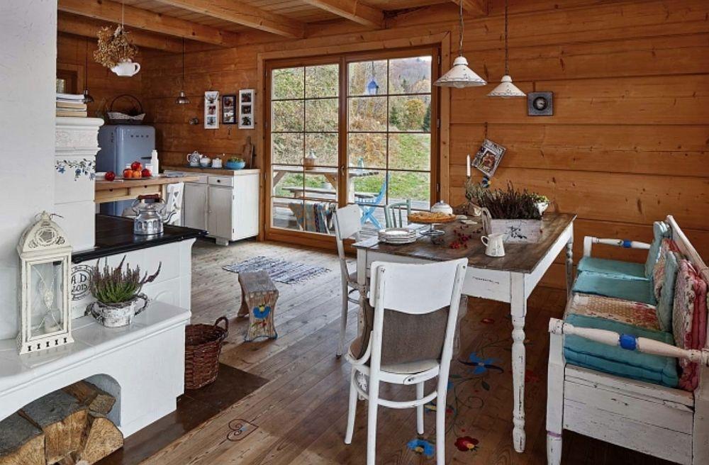 Când totul este din lemn piesele albe ies în evidență, așa că mobila nu este întâmplător aleasă în nunațe de alb, iar accesoriile albastre, turcoaz, verzi se citesc foarte frumos, în contrast cu albul și lemnul. Ferestrele mari contează mult în ambient pentru că tot ceea ce se vede prin ele se simte la interior.