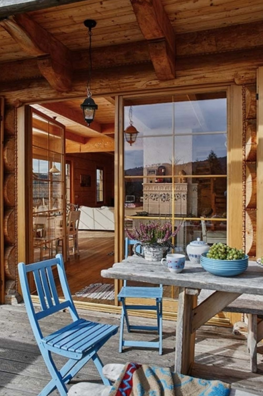 Ferestrele din zona terasei sunt protejate la exterior cu obloane. Astfel, când e prea cald sau prea frig, dar mai ales când proprietarii nu sunt aici, obloanele protejează casa.