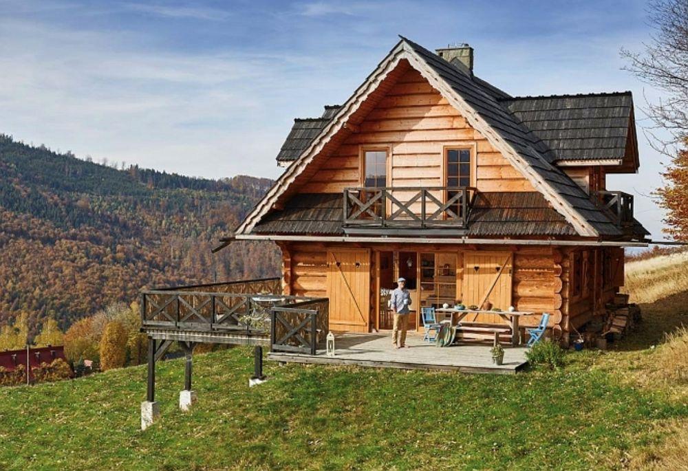 Pentru construcția casei din lemn au apelat la meșteri locali. Casa este în pantă și pentru parte de fundație s-au orientat pe sistemul cu cu piloți, același folosit și pentru terasa construită ulterior. Acoperișul este îmbrăcat cu șiță, totul păstrat cât mai tradițional cu putință.