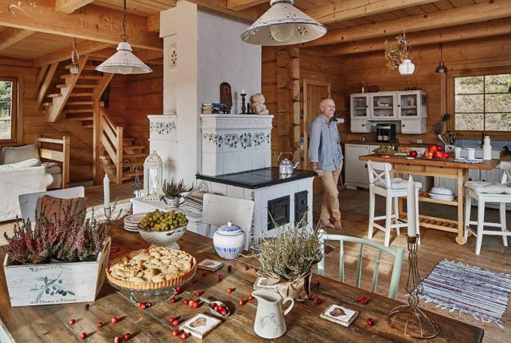 Casa este organizată pe trei niveluri: parter, etaj și mansardă. Zona de living este de fapt la etaj, unde este configurată și terasa casei. Astfel peisajul se vede frumos în jur, spațiul este luminos, dar este și mai comod pentru servirea pe terasă a mesei faptul că bucătăria este aproape. O scară din lemn situată pe colț face legătura între nivelurile casei.