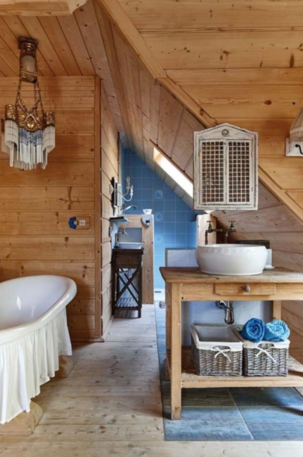 Piesele mici, precum un candelabru din Egipt, coșuri, suport închis pentru oglindă, draperie în jurul căzii sunt cele care creionează personalitatea spațiului. O casă plăcută, cu atmosferă aparte, totul conturat în combinație de lemn, alb și accente de albastru. Sper să te inspire și pe tine!