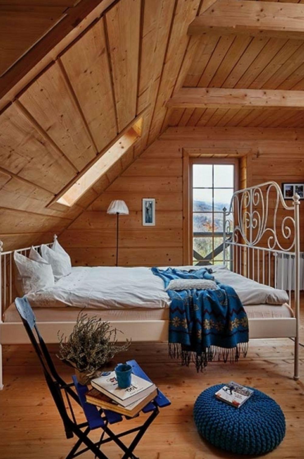 Dormitoarele sunt simplu amenajate, tot cu mobilă albă în stil shabby chic, dar atmosfera este conferită de căldura lemnului și lumina naturală. Acolo unde sunt uși sau lucarne, dar spațiul se simțea prea mic, au fost instalate ferestre de mansardă pentru un aport suplimentar de lumină naturală.