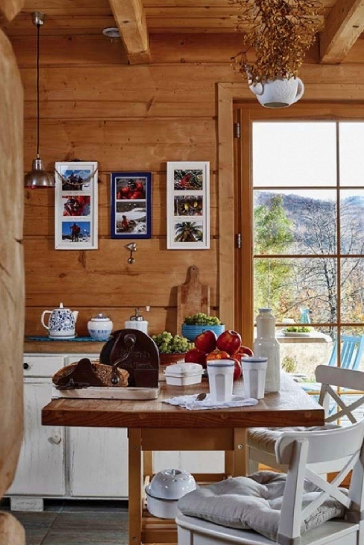 Pentru a nu altera caracterul rustic al casei, deci ca să nu acopere lemnul, soții au hotărât ca bucătăria să nu aibă corpuri suspendate tipice în orice bucătărie. Însă au folosit spațiile pe verticală pentru decorațiuni și amintiri.