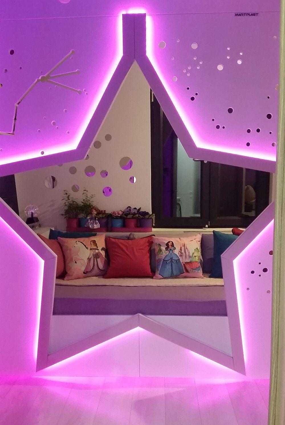 Patul este ca un culcuș configurat la fereastră pentru ca Anastasia să poată privi cerul și din pat atunci când dorește.