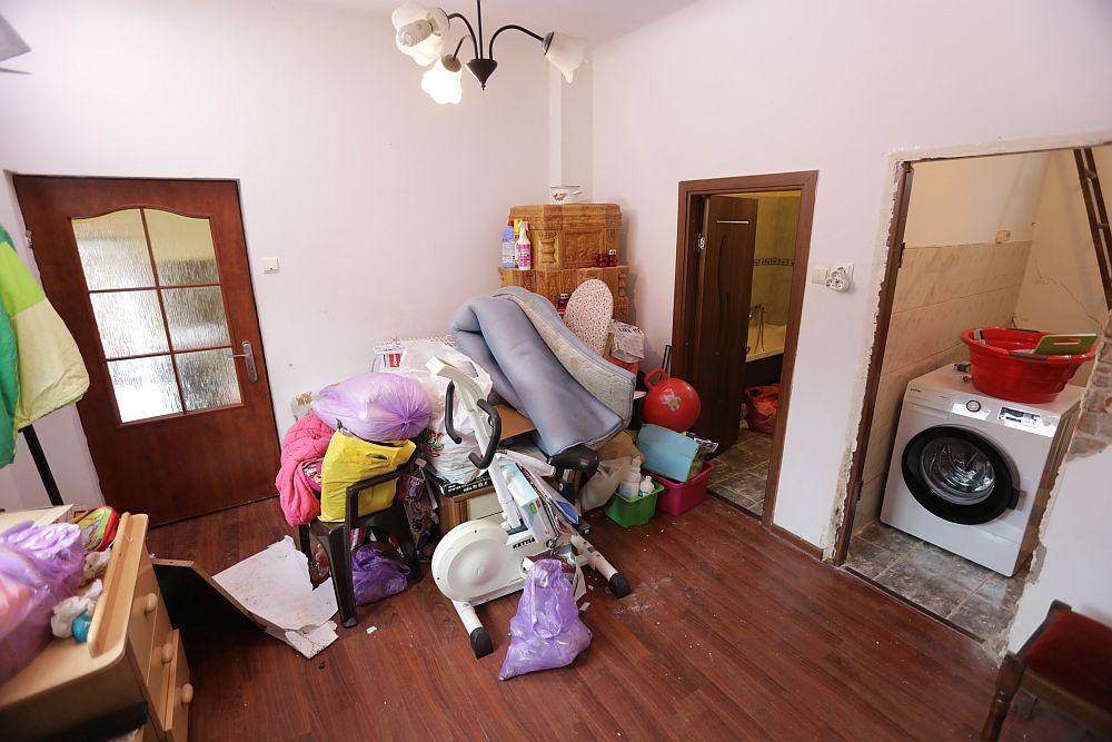 Înainte de renovare holul de legătură către baie. Inișial baia era separată de camera pentru mașina de spălat rufe. După renovare ușa din imagine a fost zidită, iar ușa către mașina de spălat a devenit cea a camerei Anastasiei.