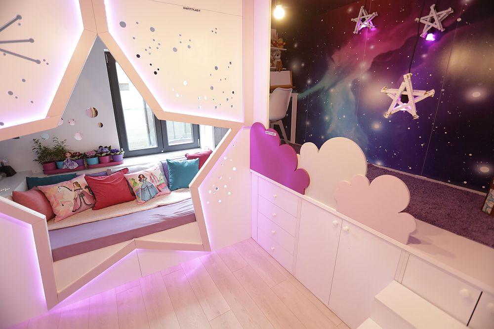 După renovare fostul hol a devenit camera Anastasiei pe care am gândit-o pe mai multe niveluri. Anasatasia a spus că și-ar dori un pat etajat, că-i place culoarea mov și că îi place să privească cerul pentru că ea crede că bunica ei este printre stele. Așa că i-am creat un loc unde să viseze, dar și unde să redescopere ereu camera.
