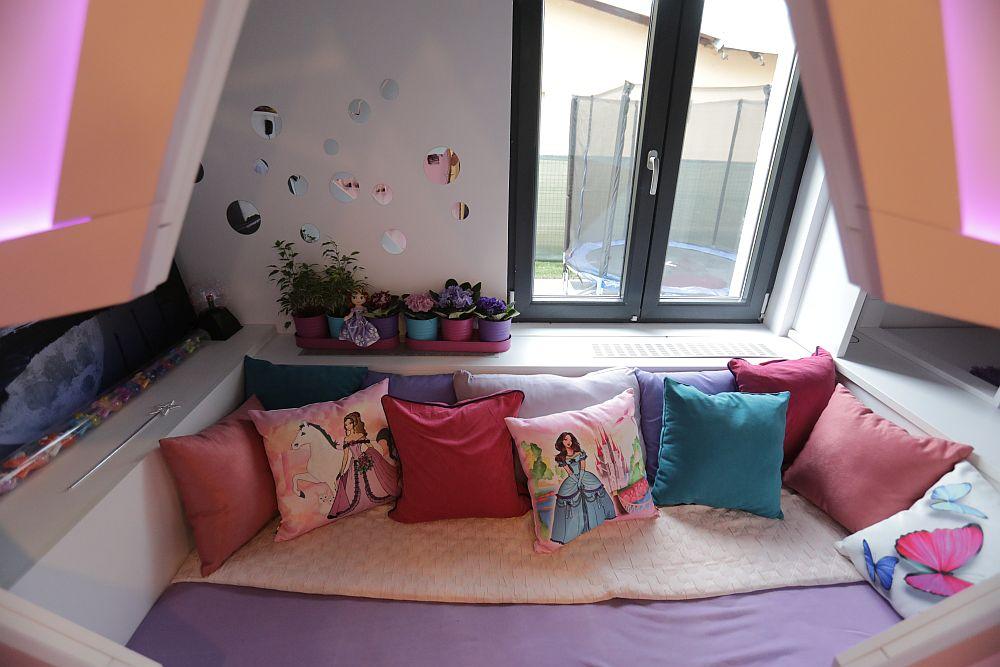 Lateralele patului sunt mai late pentru că și ele pot folosi pentru depozitare.
