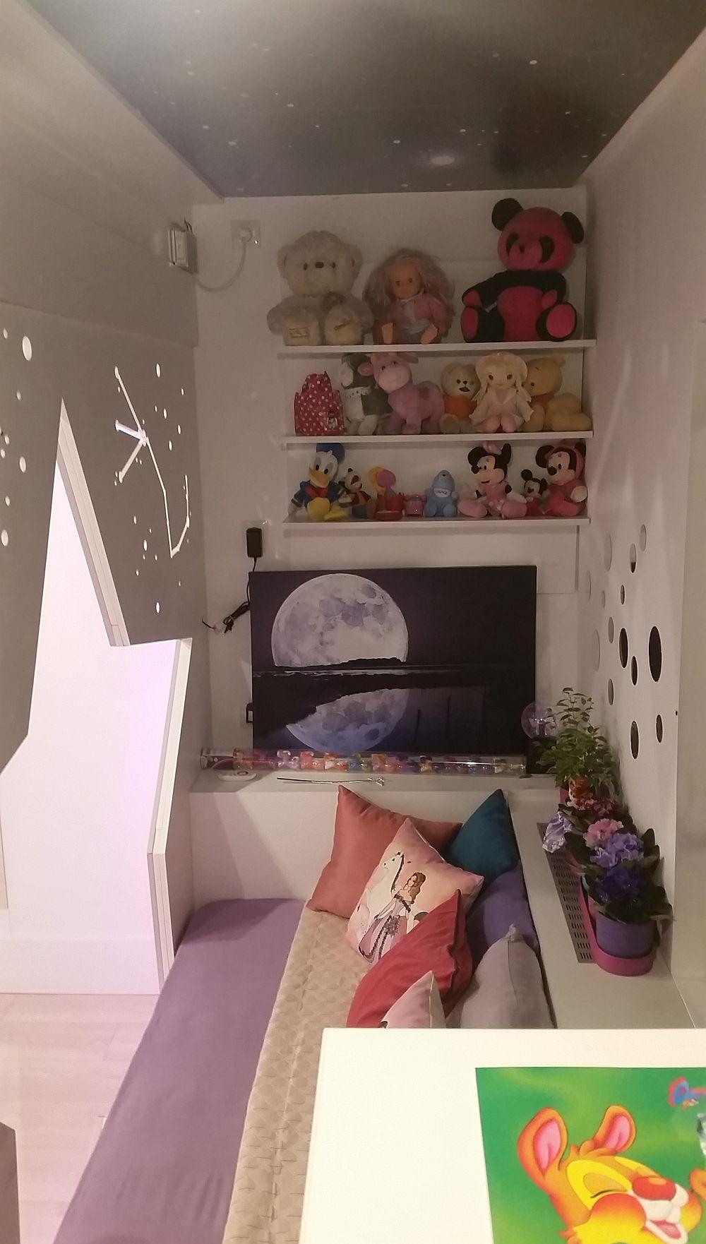 La capătul patului este loc pentru rafturi, pe care sunt așezate jucăriile dragi Anastasiei pentru a le avea la îndemână.