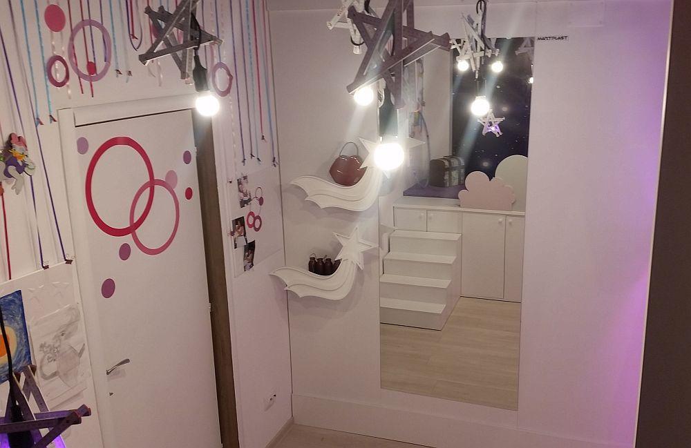 În spatele ușii, dar în dreptul scenei, am avut în vedere prezenșa unei oglinzi în care Anastasia să se poată vedea. Oglinda generoasă este acompaniată de două rafturi sub formă de cometă, evident în tema întregii camere.