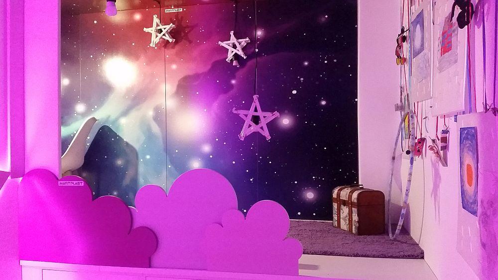Scena devine și ea loc de joacă atât ziua cât și pe timul serii în lumina nezilor LED. Pe platforma scenei este un covor pe care se poate juca alături de prietene sau mama ei, iar în lateral are o instalație din panglici de care poate agăța desene, fotografii și amintiri dragi ei.