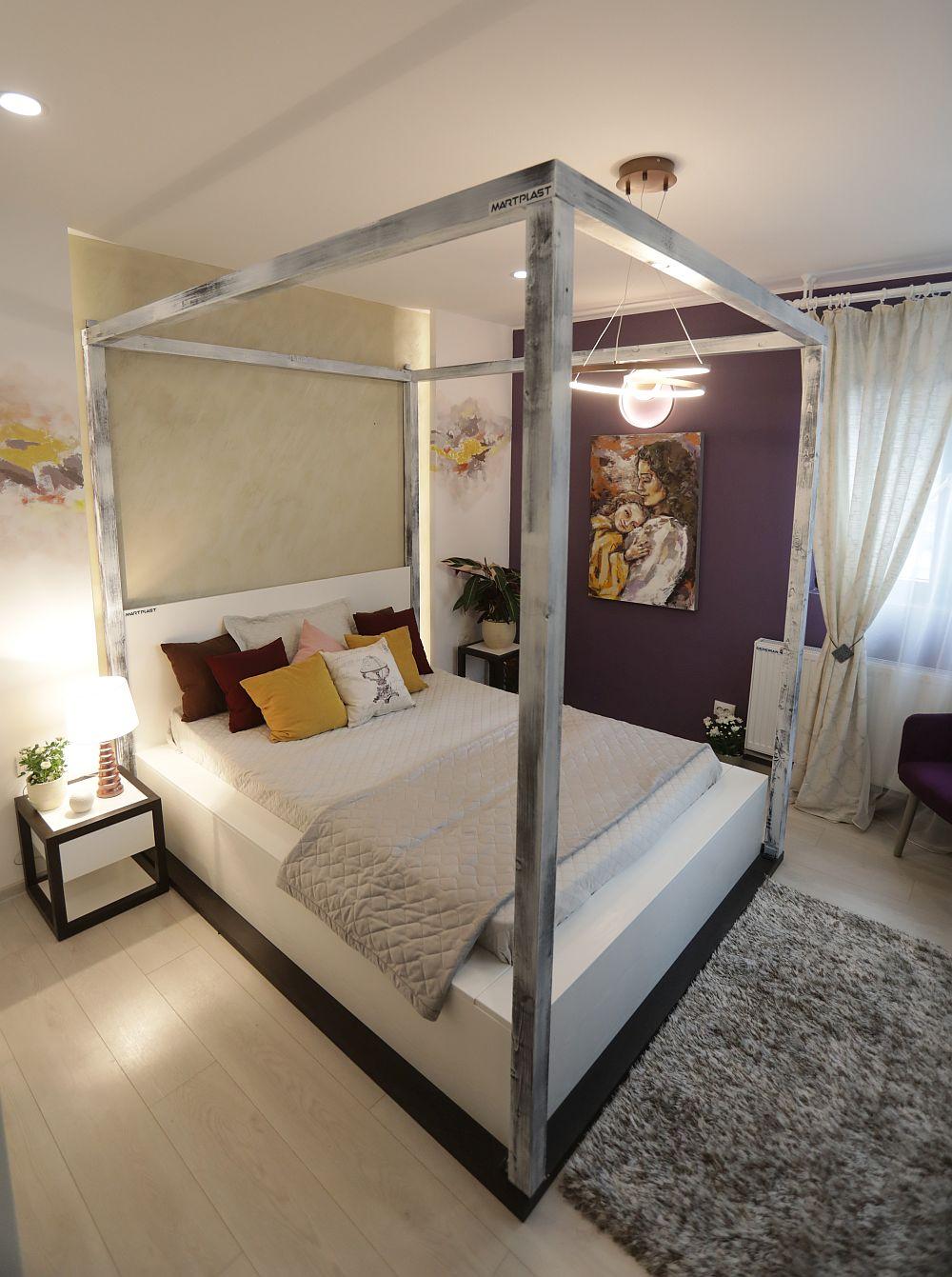 Dormitorul Ceciliei are un pat impozant, grație cadrului care-l marchează. Mobila este realizată pe comandă la Martplast după indicațiile colegei noastre Cristina Joia. Decorațiunile și corpurile de iluminat sunt de la Dedeman.