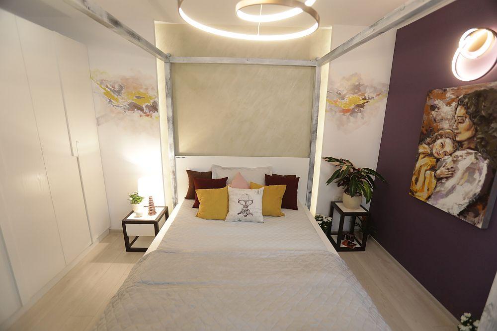 De o parte și de alta a patului sunt două fante realizate din gips-carton din spatele cărora, pe timpul serii se vede o lumină difuză.