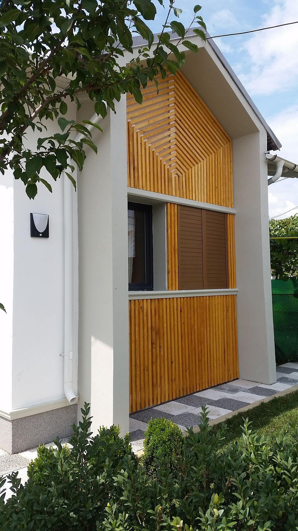 La exterior fațada principală a casei a fost regîndită de către colegul nostru arh. Valentin Ionașcu cu riflaje din lemn fixate de zidărie.