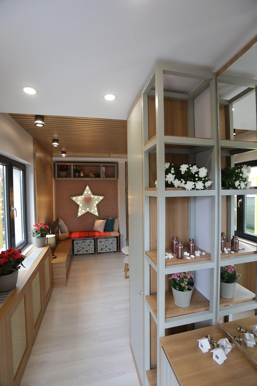 La intrarea în casă este o mică zonă de hol cu mobilier adecvat, realizat pe comandă la Martplast după proiectul arhitectului Valentin Ionașcu. O comodă pantofar cu o oglindă deasupra, rafturi în lateral, completate ulterior de un dulap cu rol de cuier închis. Pe partea opusă masca de calorifer a fost extinsă pentru a forma un alt corp unitar de mobilier.