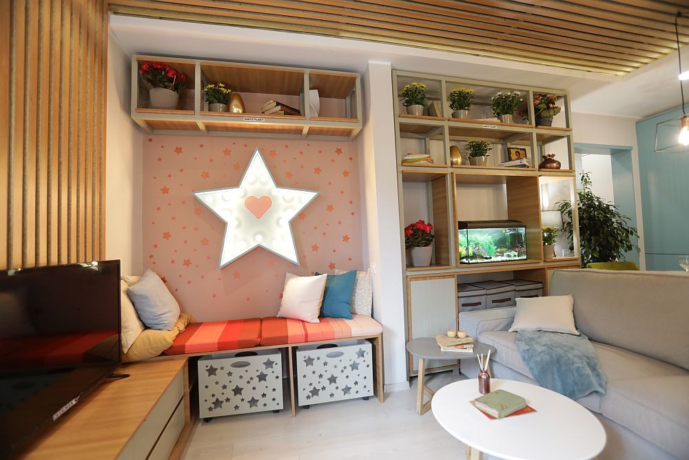 Încă de la intrarea în casă se vede locul de banchetă din living personalizat de către colegul Valentin Ionașcu cu o stea luminoasă, proiectul lui special pentru Cecilia și Anastasia.