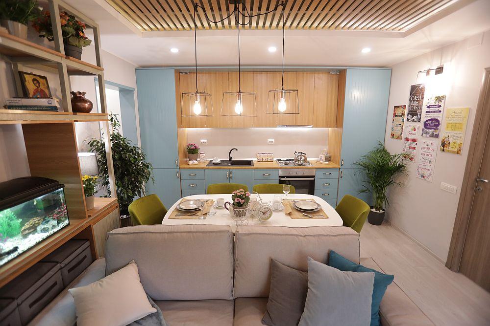 Bucătăria este organizaă pe o singură latură, respectiv pe lățimea spațiului zonei de zi. Mobilierul este realizat pe comandă din MDF și PAL la Martplast după proiectul lui Valentin Ionașcu. Electrocasnicele sunt de la Dedeman, la fel ca și plantele decorative și tablourile decorative.