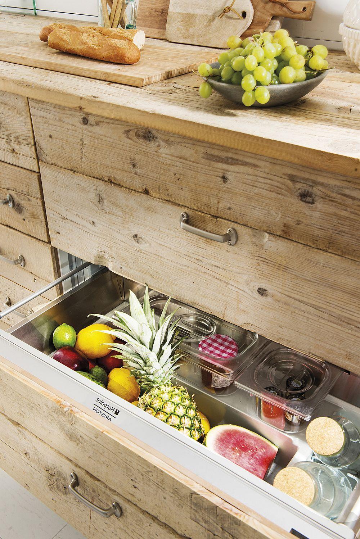 Dar unde este frigiderul? Decoratoarea Gabriela Conde nu a vrut ca în ansamblul bucătăriei să apară un volum masiv precum cel al frigiderului, așa că în ansamblul corpurilor mobilierului de bucătărie au fost prevăzute sertare frigorifice.