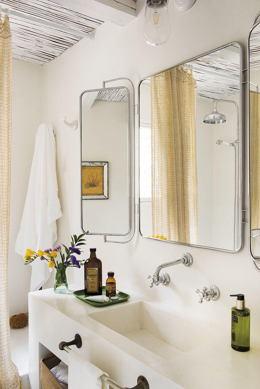 Pentru amplificarea luminii naturale și a senzației de spațiu , în baie a fost montată o oglindă cu trei panouri, o piesă deosebită găsită la un magazin de antichități.