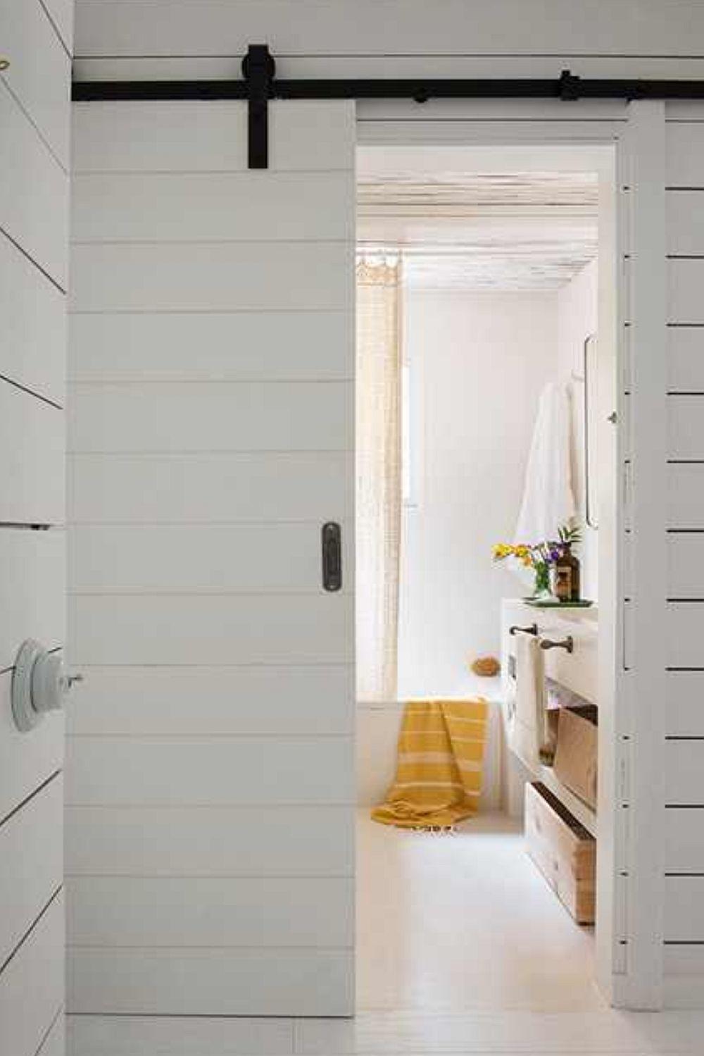 Baia este separată printr-o ușă culisantă potrivită aici pentru că spațiul este mic și s-a dorit ca totul să fie bine organizat și exploatat.