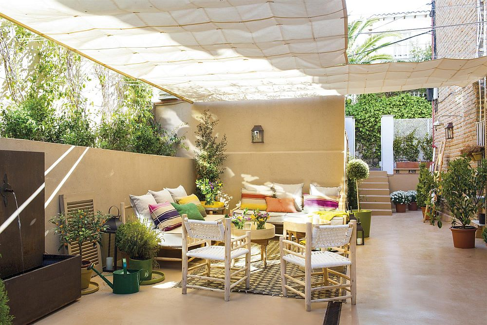 Adevărata desfătare este la exteriorul casei, unde fosta curte cu buruieni a devenit o terasă de senzație. Aici familia își petrece cel mai mult timp pe parcusrul anului, având în vedere că beneficiază de climă mediteraneană.