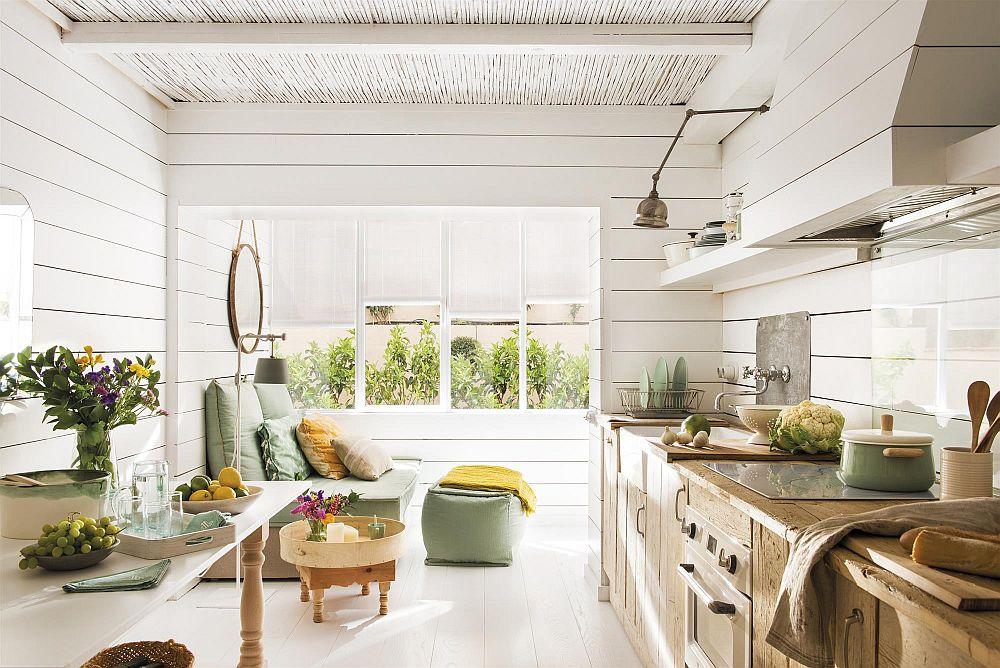 Inițial, în locul bucătăriei era livingul, dar pentru că proprietara casei și-a dorit o bucătărie mai spațioasă, a fost dispusă la compromisul cu amenajarea livingului în zona de intrare în casă.