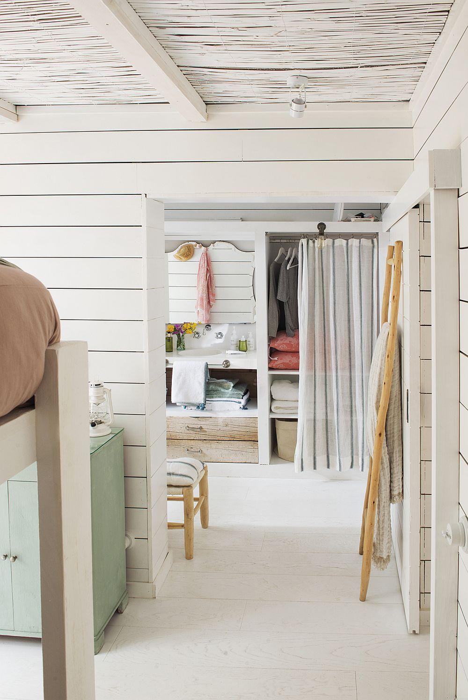 Dormitorul fetelor comunică direct cu locul de dressing. Aceste este configurat sub forma unor nișe mascate cu perdele.