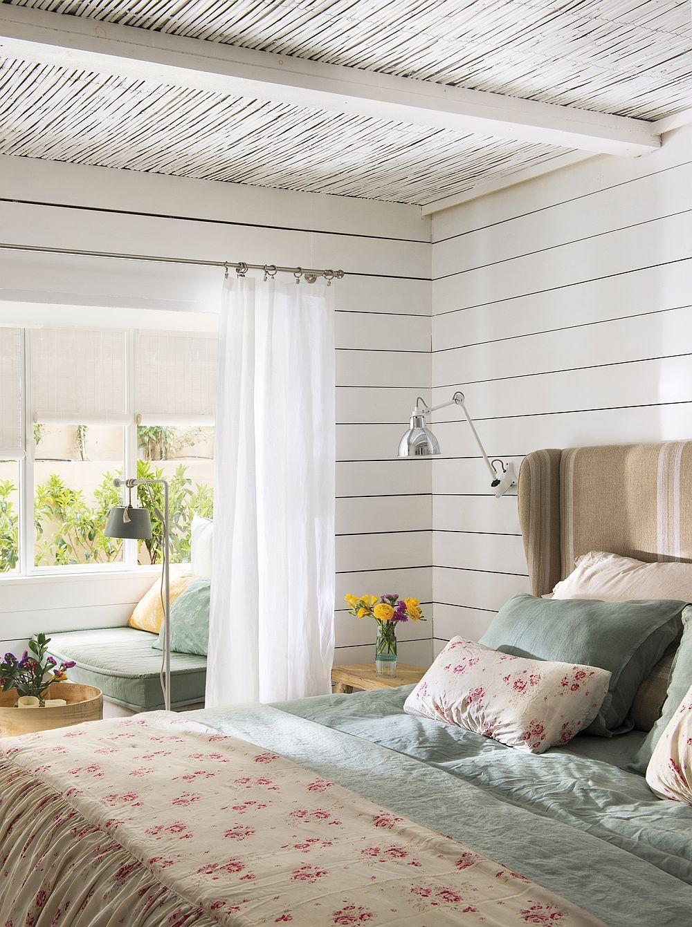 Dormitorul matrimonial este practic deschis către zona de intrare în casă.