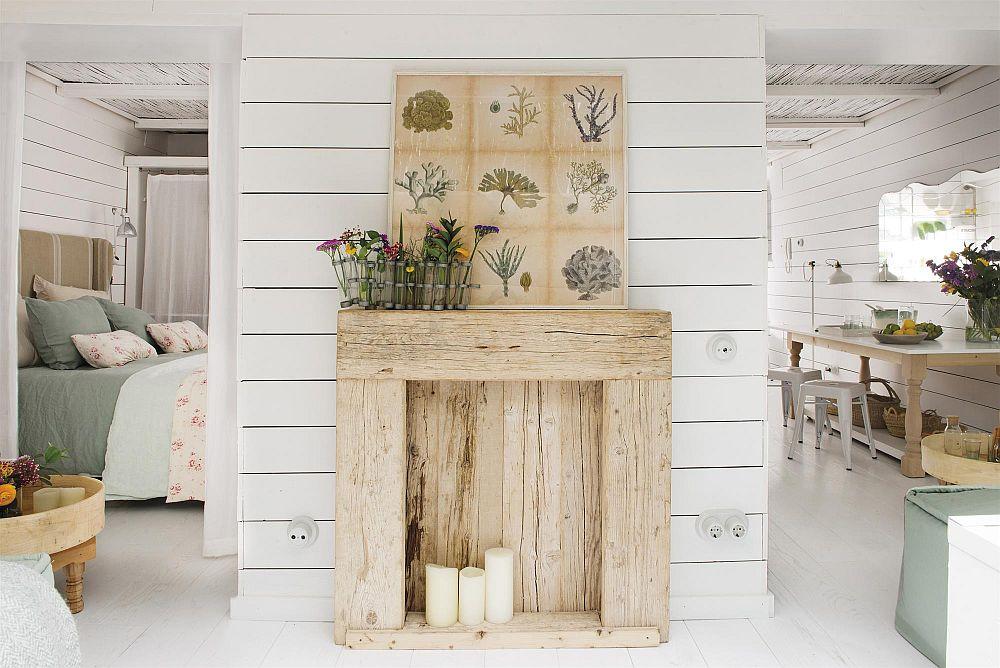 Din livingul mic se face accesul către dormitorul matrimonial și bucătărie. Pe peretele dintre cele două a fost prevăzută o piesă din lemn recuperat care aduce cu imaginea unui șemineu. Are rol pur și simplu decorativ.