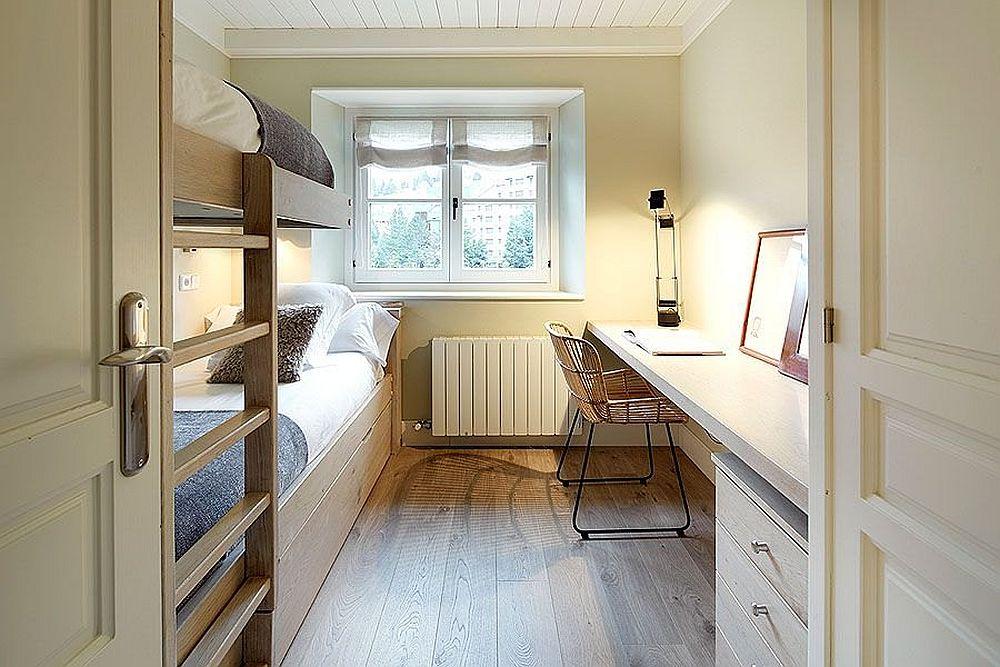 Înainte de decorare, camera dedicată copiilor cu paturi supraetajate și loc de birou părea doar corect amenajată, dar fără a fi personalizată.