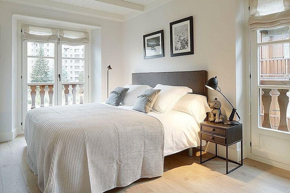 Îniante de decorare, dormitorul matrimonial era corect amenajat, dar fără a părea foarte primitor. Mai degrabă te invita să privești pe ferestre.