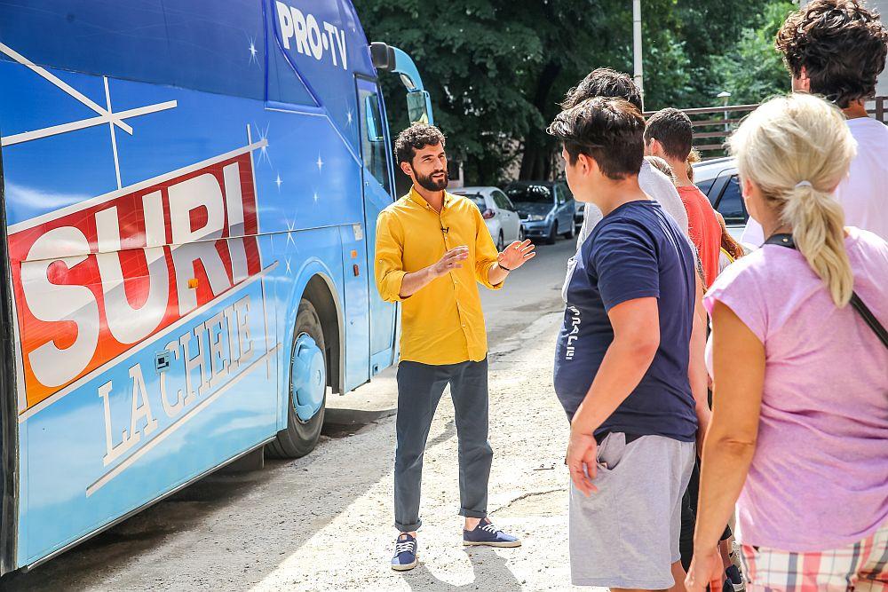 Corneliu Ulici, prezentatorul emisiunii Visuri la cheie, înainte de a invita familia să strige: Mută autocarul!