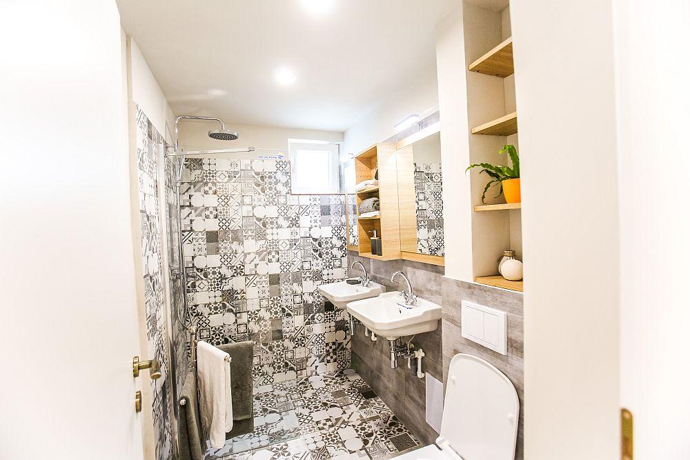 Gresia de tip patchwork este de la Dedeman, la fel ca și obiectele sanitare, panoul de duș și accesoriile. Mobila este realizată pe comandă la Martplast.