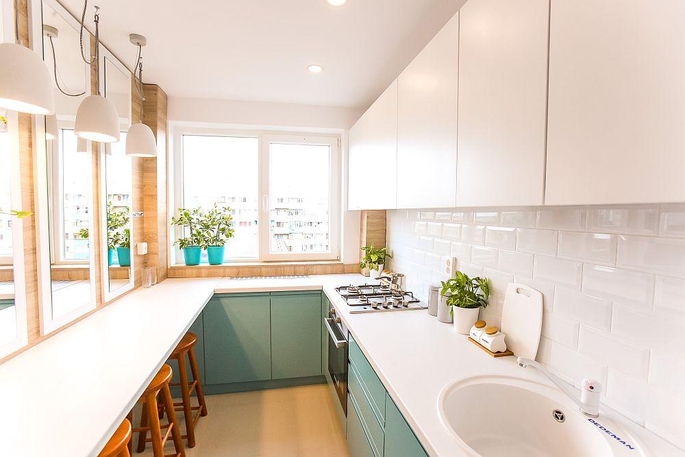 Toată mobila din bucătărie este executată la Martplast după proiectul meu. Faianța Metro este de la Dedeman, la fel ca și gresia model Urban. Chiuveta albă ca și restul electrocasnicelor încorporabile sunt tot de la Dedeman, precum și corpurile de iluminat, suspensiile model Gypsum.