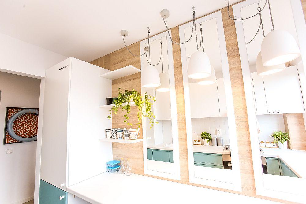 Frigiderul este încorporat în mobilier. Am avut în veder prezența frigiderului aproape de intrarea în bucătărie pentru a putea fi ușor accesat de către cei ai casei. Oglinzile, realizat pe comandă la Martplast, după proiectul meu, vin să amplifice senzația de spațiu și de lumină din mica bucătărie.