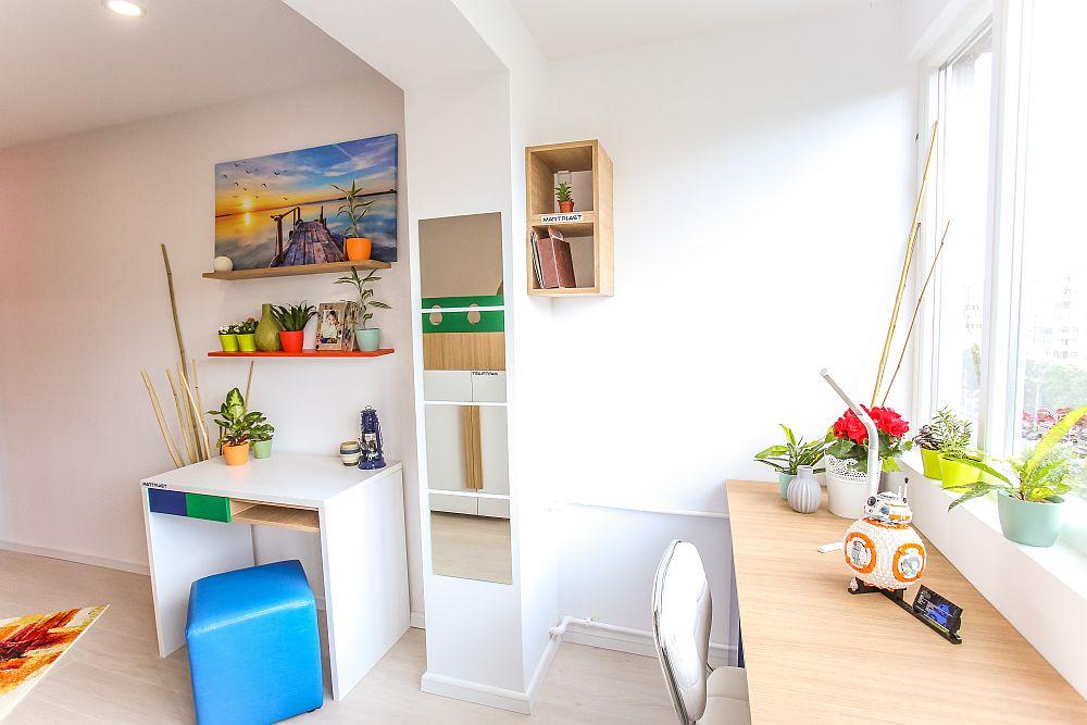Unul dintre locurile de birou este aproape de stâlpul ce marca separarea dintre fosta cameră și balcon (logie).