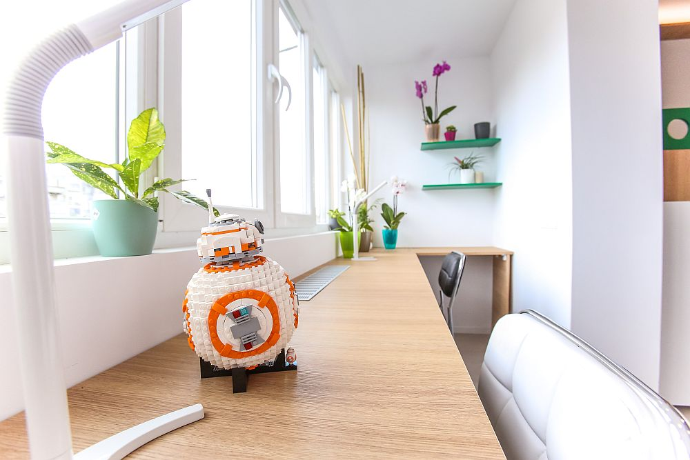 Pe birou este un robot din piese Lego, un cadou făcut de către Ciprian și dedicat celui mai mic dintre băieți.