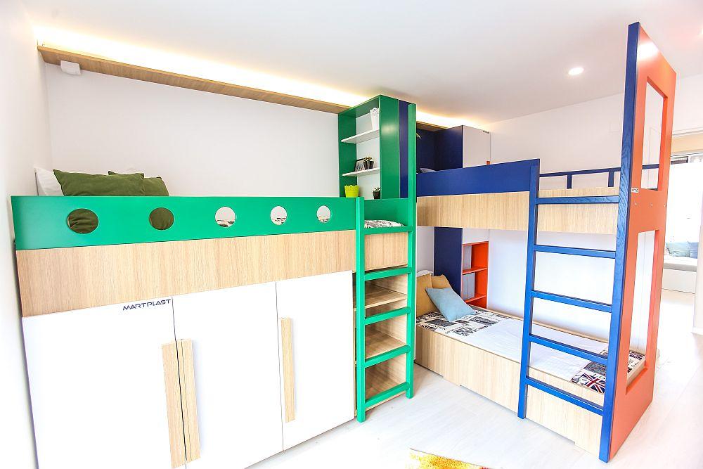 Paturile au fost marcate și prin culori pentru a conferi un aer mai copilăros camerei. Mobilierul a fost realizat pe comandă la Martplast. După paturile etajate există un alt dulap pentru depozitare.