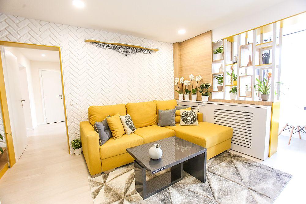 Din living se ajunge mai departe către zona de de dormitoare și băi. Covorul este de la Dedeman, la fel și pernele decorative și plantele. Masca de calorifer a fost realizată pe comandă la Martplast, ca și restul mobilierului.