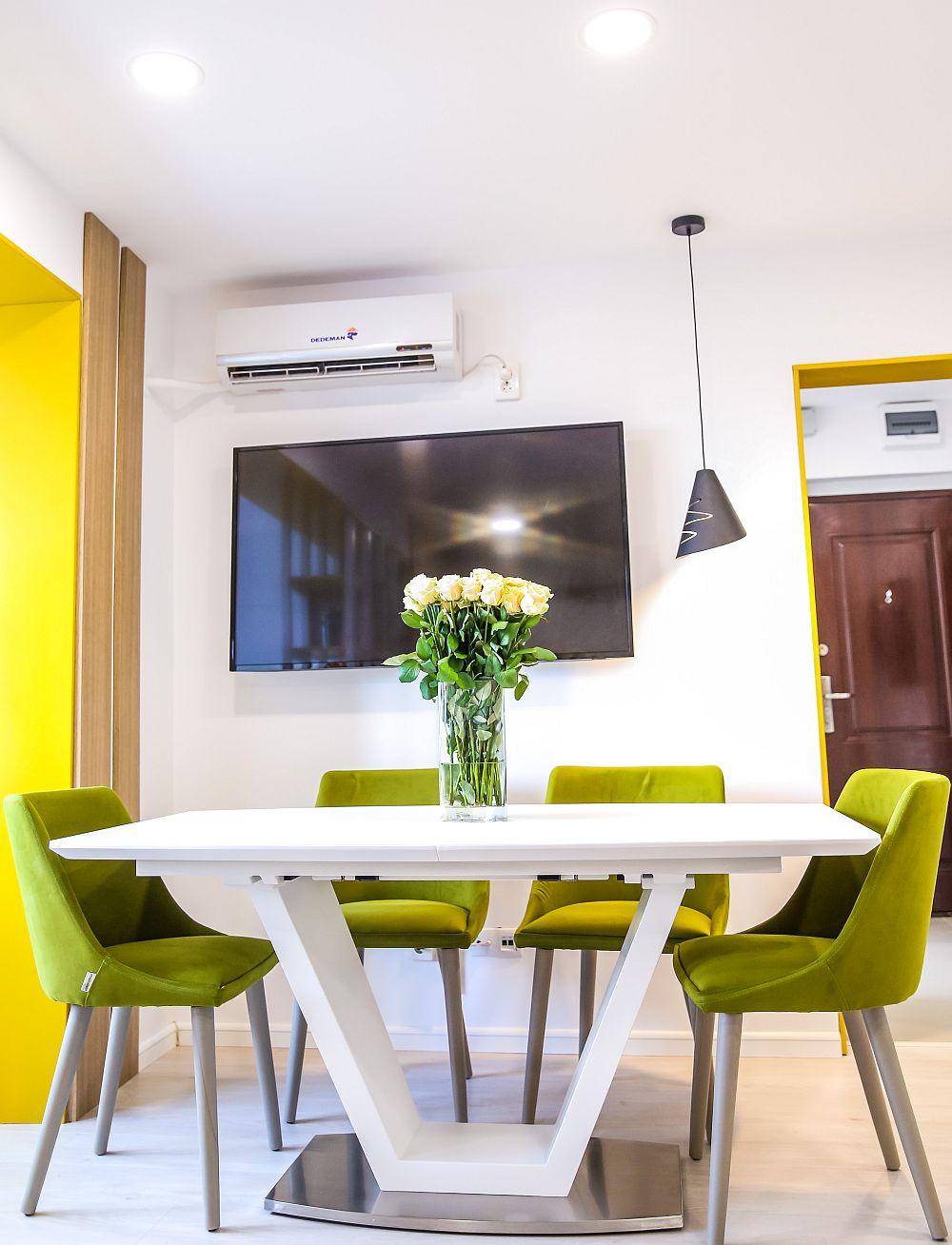 La intrarea în living se află locul de luat masa, scaunele sunt de la Dedeman (produse de Mobila Dalin), iar masa este de la kika. Corpurile de iluminat și decorațiunile (covor, perne, obiecte, plante) sunt de la Dedeman.