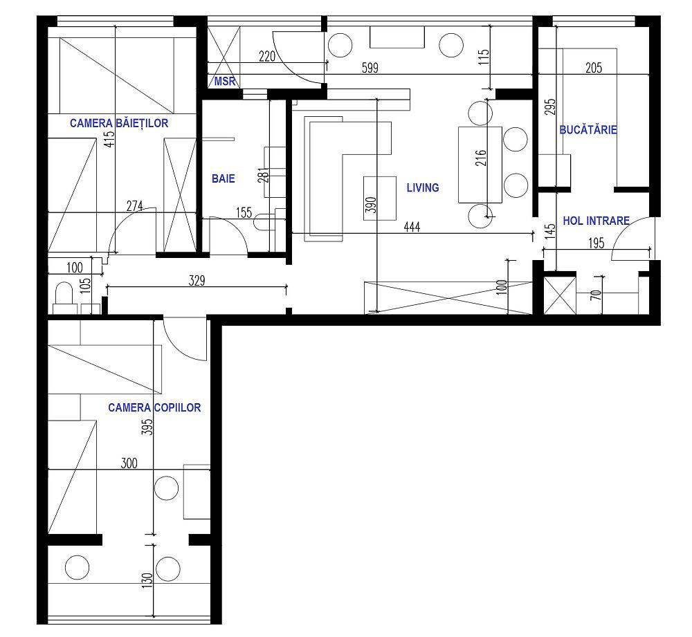 Amenajarea a fost dificilă în condițiile în care, pe lângă spațiile mici, livingul era cameră de trecere către dormitoare și baie, deci un apartament semidecomandat. Marele câștig pe care am reușit să-l aducem familiei a fost wc-ul de serviciu, dar și locul pentru mașina de spălat configurat pe o parte din fostul balcon, acum parte a livingului.