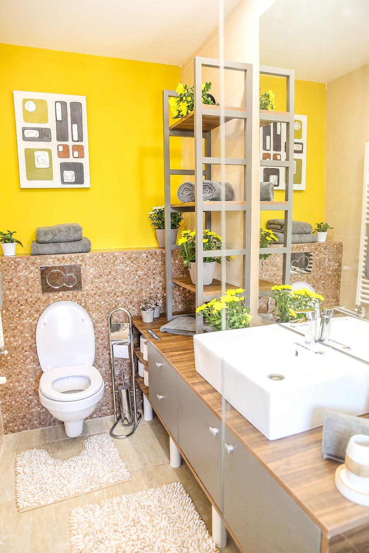 Baia de la parter este amenajată după proiectul lui Valentin. Plăcile ceramice, obiectele sanitare și dotările sunt de la Dedeman, mobilierul și oglinda sunt realizate pe comandă la Martplast.
